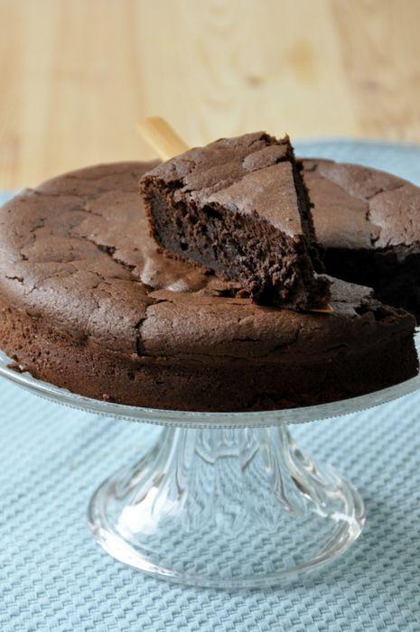 Fondant au chocolat sans beurre Je n'ai rien contre le beurre. Une tartine beurrée reste pour moi le comble du plaisir. Mais, quand je fais un gâteau, je supporte de moins en moins la vue de ce gros tas de beurre. A 50 ans, une petite voix me souffle qu'il...