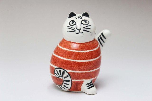 スウェーデンのまねくねこ Lisa LARSON size: w65mm x h85mm x d50mm リサ・ラーソンの新作陶器「スウェーデンのまねくねこ」です。 右手を上げていると金運を招き、左手をあげていると人(客)を招くと言われている招き猫が登場しました。 ボーダー模様が可愛い、北欧スタイルの招き猫です。 ちょっと上を向いた丸みのある特徴的なフォルムが可愛いですね。