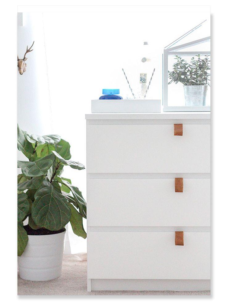 DIY - Pimpa IKEA MALM byrå Gör så här: Ta ca 3×10 cm stora läderbitar, vik ihop till en ögla och fäst på lådans övre kant med två små spikar, mässing kan vara fint för materialkänslan.