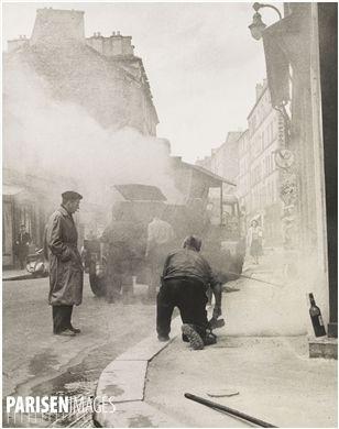 Goudronnage des trottoirs de la rue de la Glacière. Paris (XIIIème arr.). Photographie d'Edith Gérin (1910-1997). Tirage argentique, 1953-1955. Bibliothèque historique de la Ville de Paris.