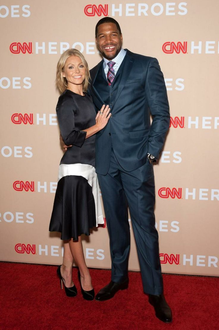 Ex-Giants star Michael Strahan finalizing deal to co-host 'Good Morning America' Michael Strahan, who currently co-hosts 'Live with Kelly and Michael,' is 'on the verge of signing the deal,' a source told the Daily News Tuesday.