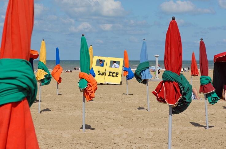 Parasols sur la plage de Deauville
