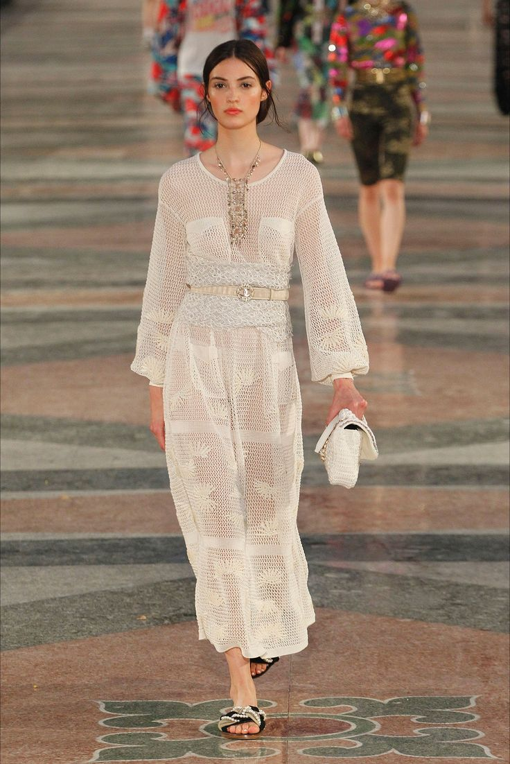 Sfilata Chanel __NO__CITY__ - Pre-collezioni Primavera Estate 2017 - Vogue