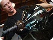 Ondra Novotny  Geboren: 1-6-1984 Litomerice, Tsjechie  Als zoon van een beroemde glasblazer was Ondra al jong geïnteresseerd in het vak.  Ieder jaar werkt Ondra enkele weken in de glasblazerij te Leerdam. Hij is een geweldige glasblazer die niet alleen prachtige vazen en schalen van glas kan maken, maar ook sculpturen.