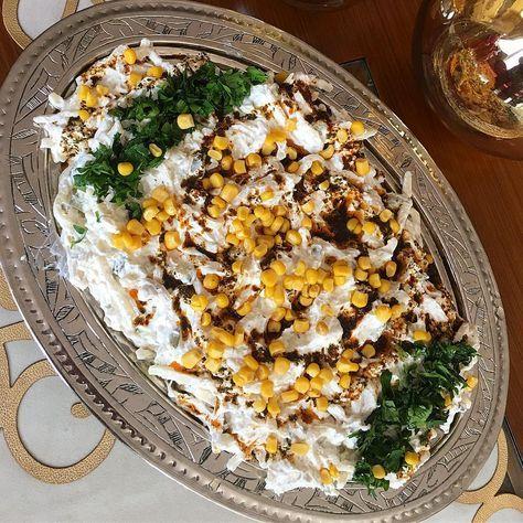 Tavuklu Erişte Salatası 1.5 su bardağı erişte 2 küçük haşlanmış tavuk göğsü 4-5 tane kornişon turşu 1 küçük konserve mısır 2 tane ezilmiş sarmısak  1 tutam maydanoz  1 kase yoğurt 2-3 yemek kasığı mayonez Üzeri icin 1 yemek kaşığı tereyağ 2 yemek kaşığı sıvı yağ Bir tutam Pulbiber Bir tutam Kuru nane  Yapılışı  Tavuğu haşlayıp didikleyin,erişteyide haşlayıp ılınmaya bırakın.ardından yoğurdu,mayonezi,minik doğradığımız turşuyu,mısırı ve geri kalan malzemeleri guzelce harmanlayıp.üzerine ...