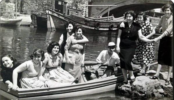✿ ❤ Bir zamanlar İstanbul, Anadoluhisarı - 1953... Muhteşem! Bugünkünden daha modern oldukları kesin! Bayıldım bu fotoğrafa!
