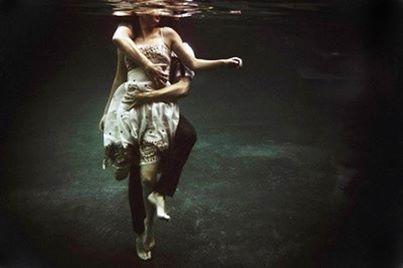 Σαν ξύλα χαμένα που η θάλασσα βουλιάζει ή ταξιδεύει Ελεύθερα, με την ελευθερία του έρωτα, Τη μοναδική ελευθερία που με εξυψώνει Τη μοναδική ελευθερία που γι' αυτή πεθαίνω. Εσύ δικαιολογείς την ύπαρξή μου: Αν δε σε γνωρίσω, δεν έχω ζήσει' Αν πεθάνω χωρίς να σε γνωρίσω, δεν πεθαίνω γιατί δεν σε έζησα.... ΛΟΥΙΣ ΘΕΡΝΟΥΔΑ..
