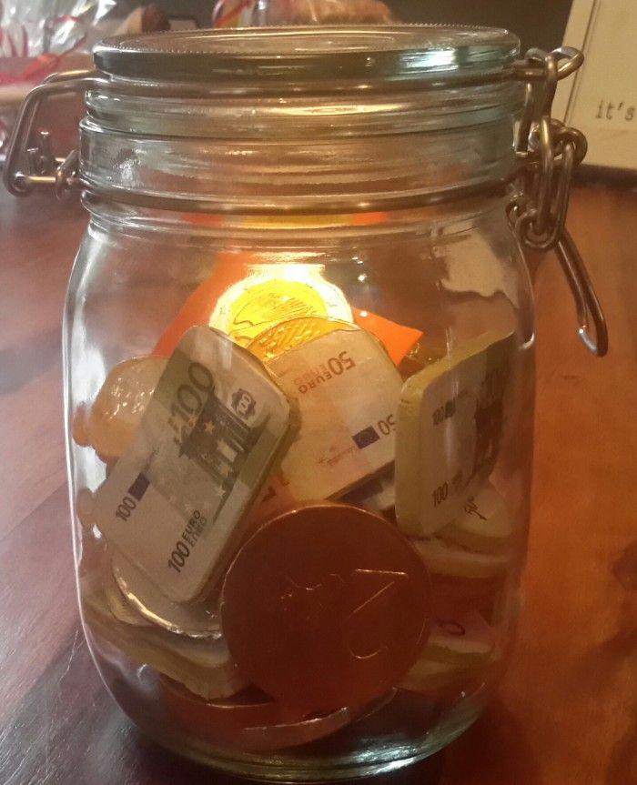 Leuk om zo geld te geven met een verjaardag. Doe allemaal chocolade geld in een pot en daarbij een envelop met het verjaardags geld.