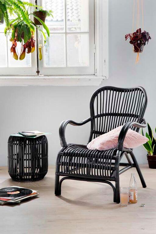 KARWEI | Deze zwarte rotan stoel is een echte eyecatcher! De bijpassende poef maakt het helemaal af.