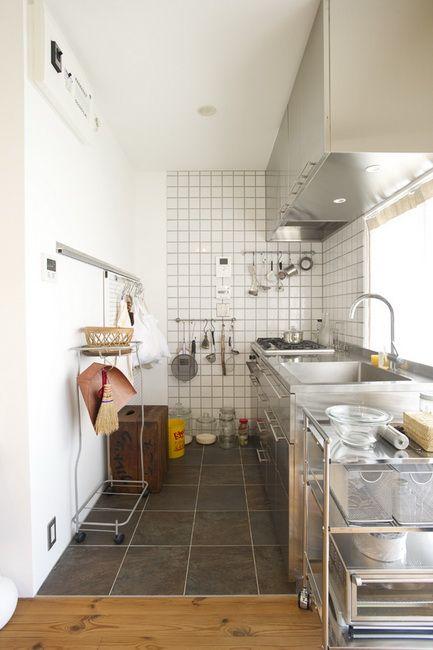 オールステンレスのオリジナルキッチン。左手の有孔ボードは引き戸で、中は納戸になっている