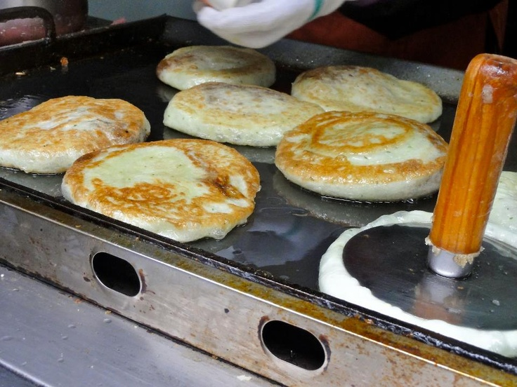 Hotteok, es un tipo de panqueque coreano, popular como comida callejera en Corea del Sur. Suele servirse en invierno. Se rellenan con una mezcla dulce. A pesar de ser muy rico se recomienda no comer mucho ya que cada uno tiene 230 calorías aprox.