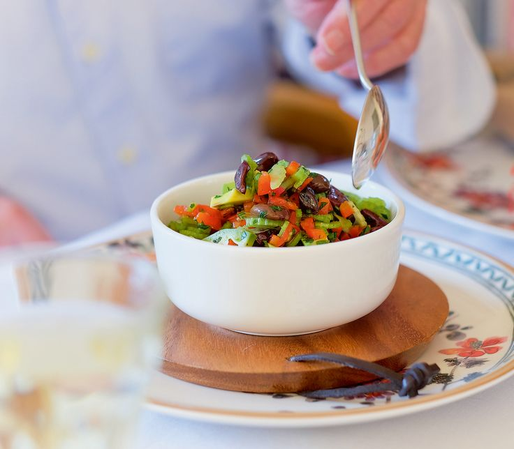 Ein frischer Gemüsesalat, der als einzelne Vorspeise genauso gut serviert werden kann, wie als Bestandteil eines Antipasti-Tellers.