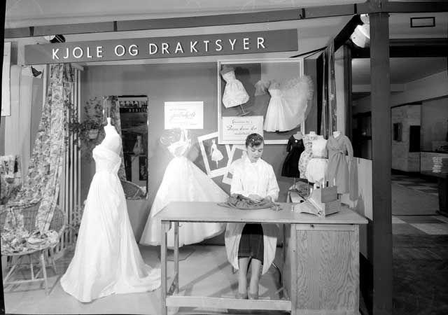"""[Kjole og draktsyer, fra utstillingen """"Mestre viser vei"""" 1959] fra marcus.uib.no"""