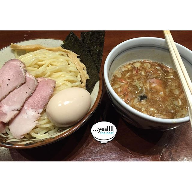 …yes! Popular tsukemen (dipping noodles) found at the well-patronized Kyodo area in Tokyo. Our distinctive prawn-infused oil complements perfectly soup dished up for meat eaters. This shop have many repeat customers who are addicted to this dish.