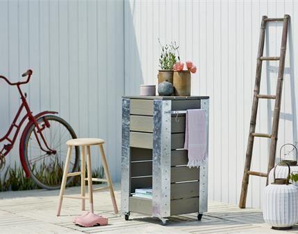 Få ekstra plads i haven til dine haveredskaber med en grå blomsterkasse med hylder.