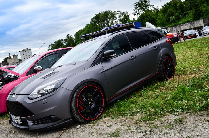Grey Ford Focus ST station wagon with red elements - very good combination of colours!