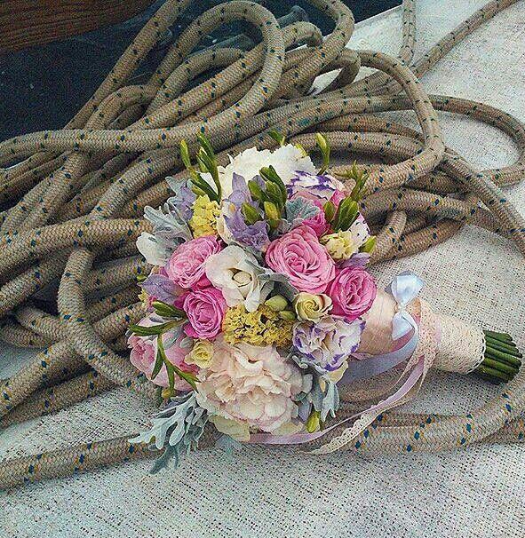 Круглый, летний букет невесты