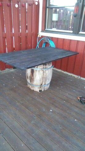 Byggde ett trädgårdsbord och använde en gammalträtunna som bordsben.