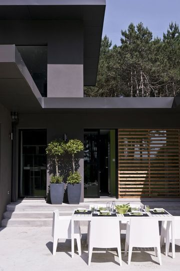 Une terrasse contemporaine ensoleillée