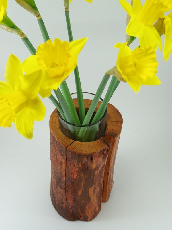 drewniany wazonik najlepszym miejscem dla wiosennych kwiatów