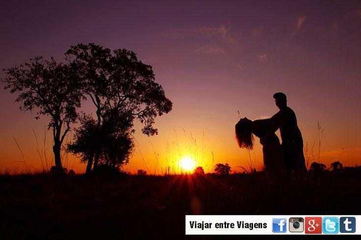 No seio do deserto do Kalahari, o milagre da vida acontece. O rio Okavango nasce nas montanhas de Angola e durante o seu percurso percorre o território de Angola, da Namíbia, na Faixa de Caprivi, e do Botswana. Mas, ao contrário da maioria dos rios que conhecemos, o Okavango não escoa em direcção ao mar …