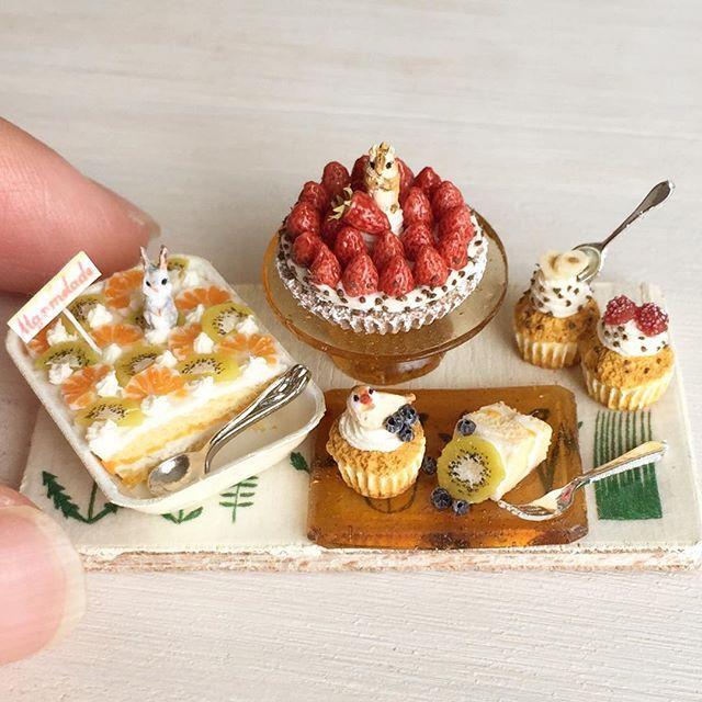 ずっと作ってみたかったスコップケーキを作りました。上にはグレーのうさぎちゃんが立っています。モカいちごのタルトには周りにチョコチップを散らして、上にシマリスさんを乗せました。また、カップケーキには文鳥さんとフルーツ、チョコチップを。minneに出品します。 #ミニチュアフード#ミニチュア#ドールハウス#ハンドメイド#食品サンプル#カップケーキ#樹脂粘土#miniaturefood #miniature#dollhouse #handmade#cupcakes #polymerclay #clay