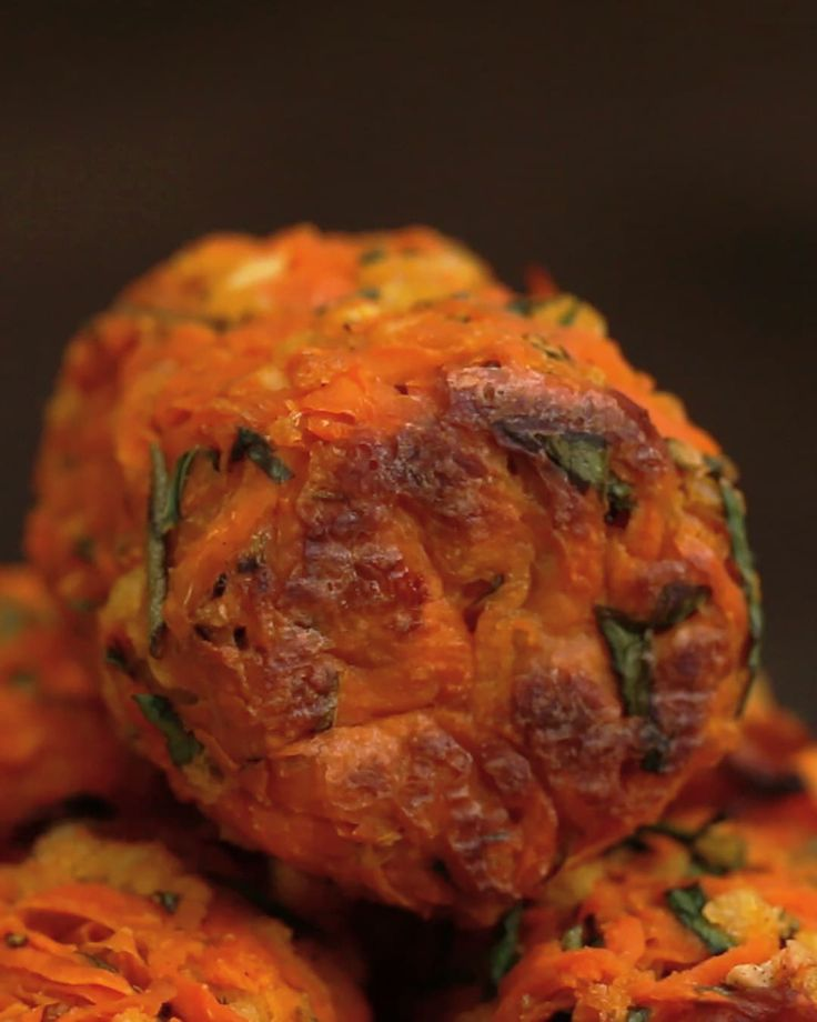 INGREDIENTS1 large sweet potatoes, peeled and grated⅓ cup panko bread crumbs⅓ cup parsley, minced1 tablespoon fresh rosemary, minced2 cloves garlic, minced¼ teaspoon onion powder½ teaspoon salt, divided¼ teaspoon black pepper1 eggPREPARATION1. Preheat oven to 400°F/200°C.2. Grate the sweet potato with a coarse cheese grater.3. Transfer the grated bits to a medium bowl and season with a ¼ teaspoon of the salt. Mix the sweet potato until well incorporated.4. Let the sweet potato sit for 20…