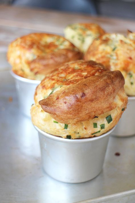 Popovers zijn een soort kruising tussen broodjes en cakejes, maar dan ontzéttend luchtig. Door de vormpjes vooraf te verwarmen rijzen ze een flink stuk en is het resultaat als een hartig wolkje. Lekker voor bij de borrel of als ontbijt! Verwarm je oven voor op 200 graden en zet de muffintray of aluminium vormpjes op een …