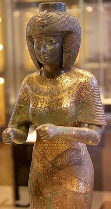 Estatua de bronce damasquinado con oro y plata de la reina Karomama de la XXII D. Tanita, en el III Periodo Intermedio. Consorte divina de Amon. Para su capilla del templo de Karnak. Museo del Louvre. París