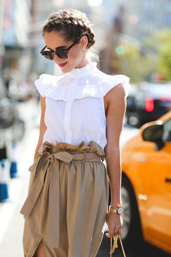Hay veces que cuando ves un look perfecto te das cuenta que en realidad no es nada especial. Como éste. Blusa blanca, falda camel, un buen peinado y ya está
