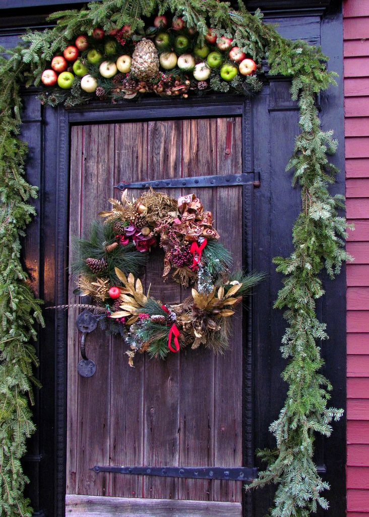 Christmas decoration doorThe Doors, Holiday Home Decor, Christmas Doors, Colonial Williamsburg, Front Doors, Christmas Greeting, Country Christmas, Rustic Christmas, Christmas Decor