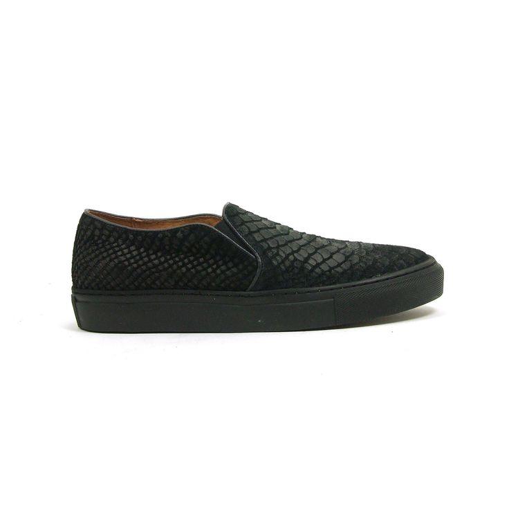 Instap sneakers met dikke zool van Tango, model 33-10038H ! Deze trendy sneakers zijn helemaal van leer ook de binnenzijde. De kleurstelling van de sneakers is zwart waarbij de voorkant van de sneakers uitgevoerd is in pony hair en de achterkant in glad leer. De loopzool van de sneakers is van stevig zwart rubber. Ter hoogte van de wreef hebben de sneakers twee elastieken inzet stukken waardoor de schoenen makkelijk aan en uitgaan en hierdoor ook nog eens mooi aansluiten