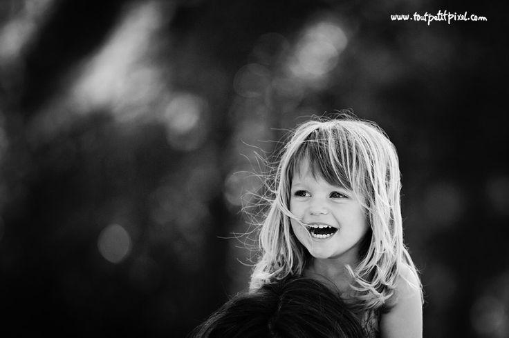 Me gusta el primer plano, la sonrisa, la edición en blanco y negro y el bokeh