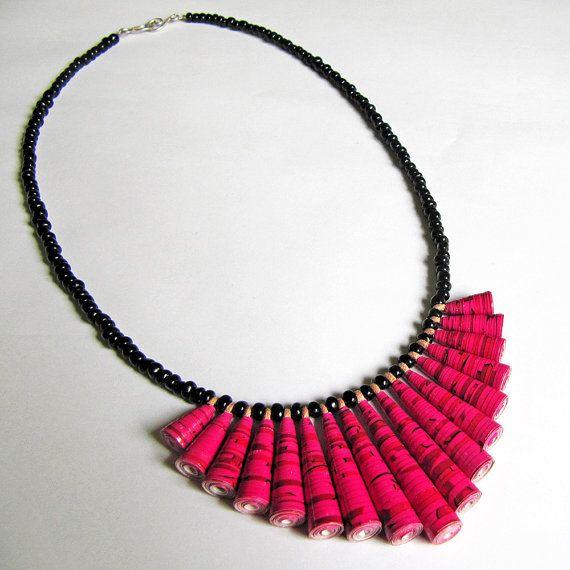 Rote Beete Rosa Mini Ruffle Papier Perlen Halskette Yum! Yum! Yum!  Diese lebendige Halskette besteht aus Papier-Perlen, die ich liebevoll in aus
