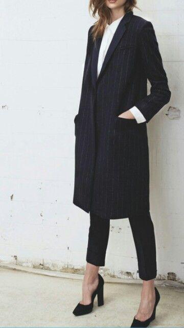 Classique black ans white : Efficace pardessus et pantalon noir à hauteur de chevilles avec une chemise blanche le toit sublimé par une pair de talon noir