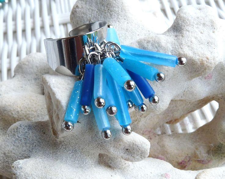 Eclats d'azur . Bague éclats de perles polymère tubes translucides tons bleu : Bague par marienocreations