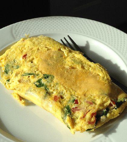 Deze omelet met hüttenkäse vult goed en is de basis van een gezonde lunch! Voeg naar smaak nog wat extra's toe: stukjes ui, een beetje geraspte kaas..