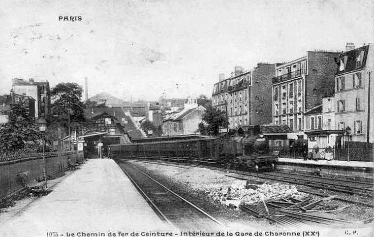 L'ancienne Gare de Charonne du réseau de la Petite Ceinture de Paris / Arrivée du train / Paris 20ème