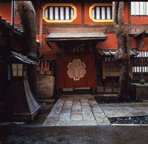 ¿Por qué occidente piensa que las Geishas y Maikos son prostitutas?.La culpa la tienen los extranjeros que hicieron sus viajes a Japón duran...