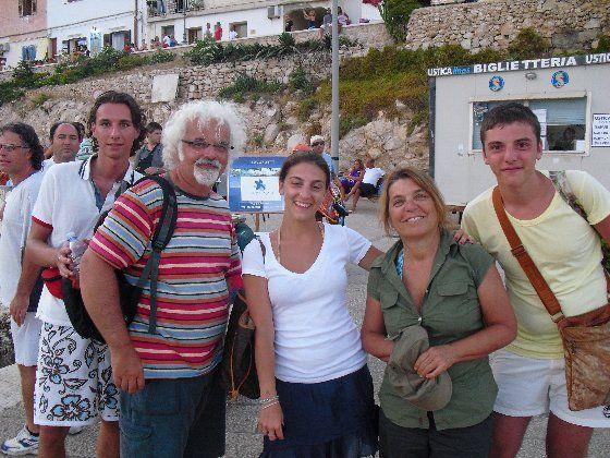 Foto di gruppo a #Levanzo con Syusy e Patrizio - ....guarda un pò chi si vede.... - di Miky23 #slowtour su #RETE4 da domenica 2 giugno alle 9.30