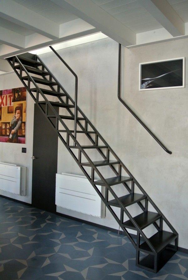 Un ático hogareño de 90 metros en Milán, diseño de Roberto Murgia y Valentina Ravara. | diariodesign.com. Apartment gres Pavements Doors black stairs industry Railings interior bjad.