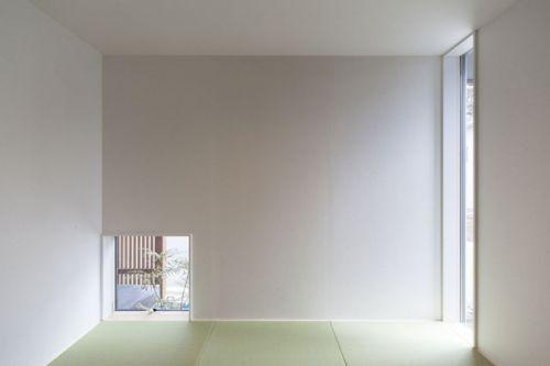 マルチスペース窓。白×白 「赤×黒」シックモダンの家
