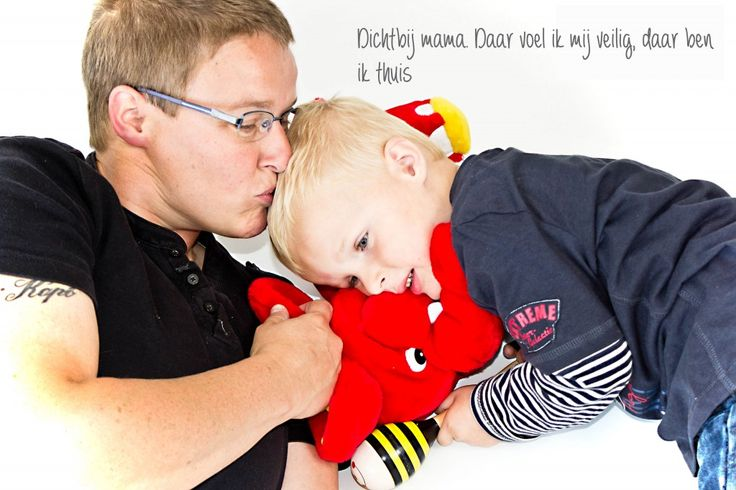 Dicht bij mama | Kinderfotografie Sittard - Kinderfotografie Limburg