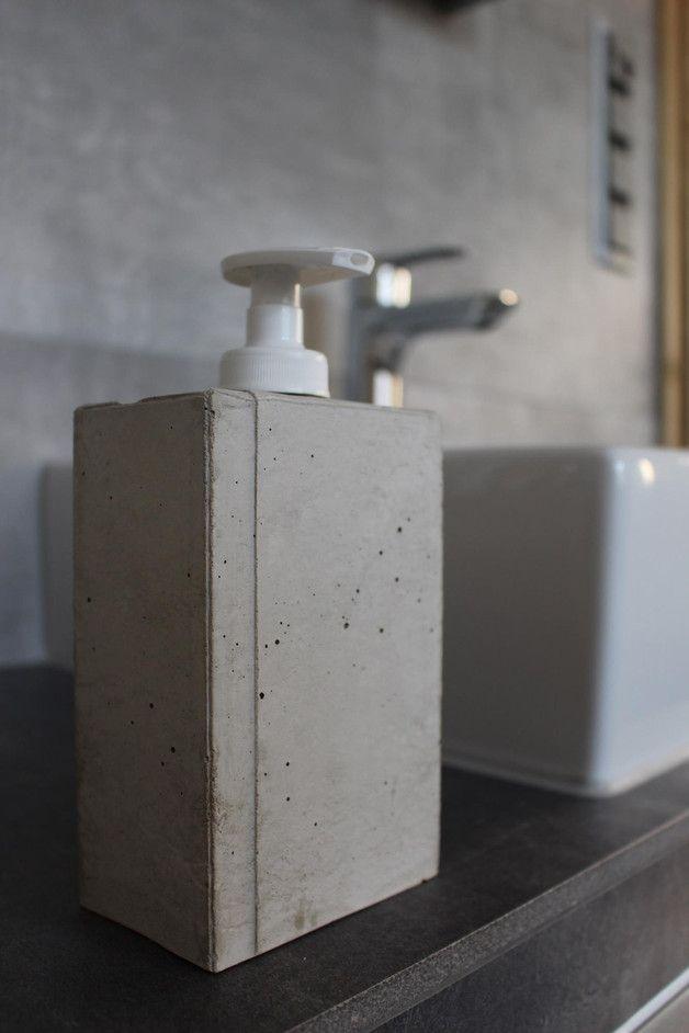 """Der Seifenspender """"industriestyle"""" mit seiner individuellen Betonstruktur wurde in Handarbeit gefertigt. Die Oberseite des Spenders ähnelt einer gefalteten Pappschachtel. Er ist in einem Stück aus..."""