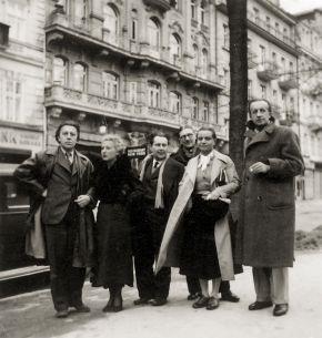 Skupinové foto z alba V. Nezvala<br />Zleva: André Breton, Jacqueline Bretonová, Karel Teige, Jindřich Štyrský, Toyen, Paul Eluard, 1935