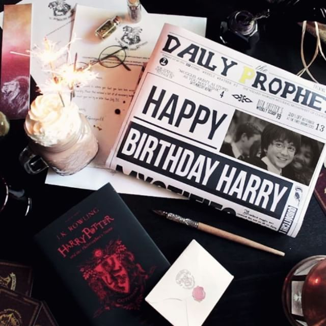 Happy birthday, Harry! ❤ These books and characters will always be in our hearts and will forever bring magic to our lifes. This pic and the music bring us kind of emotional feelings, as we attended the Harry Potter and the Philosopher's Stone In Concert event, and it was one of the best experiences we have ever lived together. Plus, one of our not released products yet makes a cameo in this pic, can you spot it? 😜  .  . ¡Feliz cumpleaños, Harry! ❤ Estos libros y sus persona...