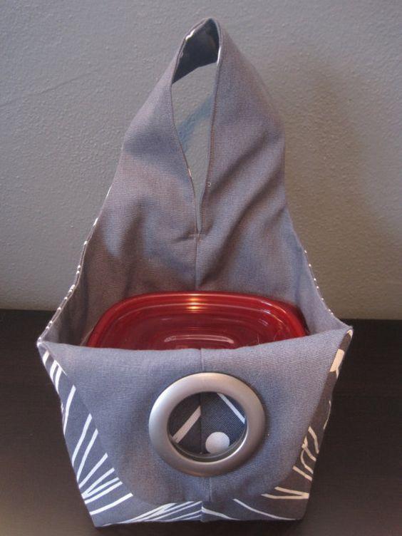 Sac cabas toile réversible petit, une variation sur un sac de style japonais noeud. Ce sac est le sac à lunch parfaite et sadapte plus de contenants de déjeuner avec place à revendre ! Ce fourre-tout aussi fonctionne bien comme un tricot sac sac, de maquillage ou de toilette du projet, ou dautres petites et moyennes taille des éléments. Sac mesure 5 x 5,5 sur le fond, 5,5 haut sur les côtés du sac, sangle est rond de 16. Sac est montré avec les récipients de référence de la taille.