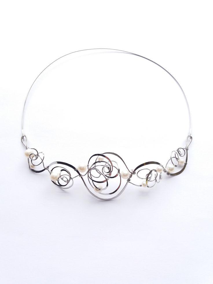 """Náhrdelník+HRD45+""""Poezie+bílých+perel""""+Autorský+šperk.Originál,+který+existuje+pouze+vjednom+jediném+exempláři.Vyniká+svou+lehkostí,+kouzelným+prostorovým+tvarem,+elegancí+čistých+linií,+nadčasovým+designem+a+jemně+laděnou+barevností+výběrových+perel.Nevšední+řešení+s+perlami+poutá+pozornost,+ale+není+okázalé,+díky+čemuž+se+tento+šperk+hodí+ke..."""