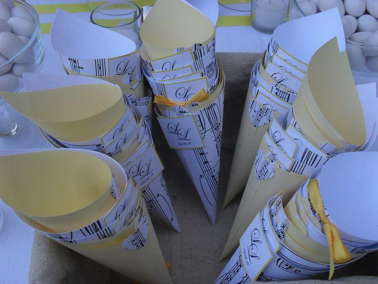 Per un matrimonio a tema musica non potevano certo mancare i coni per i confetti e per il lancio del riso con gli spartiti musicali e nel colore giallo scelto dagli sposi