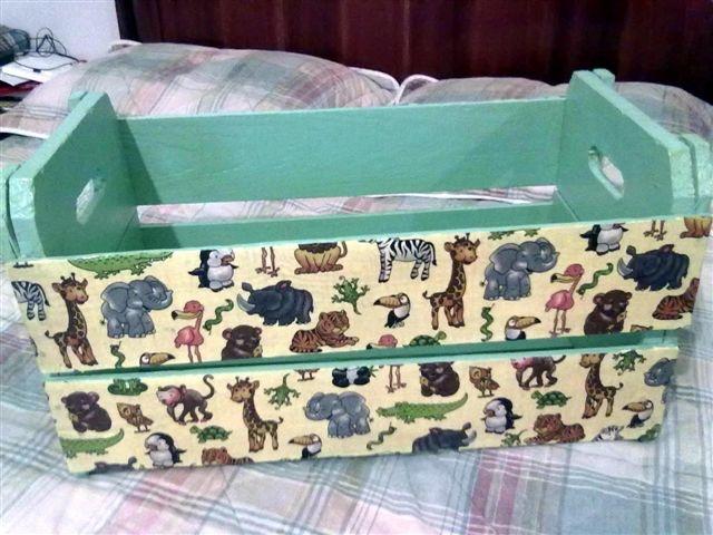 Caixote de feira transformado em caixote para guardar brinquedos